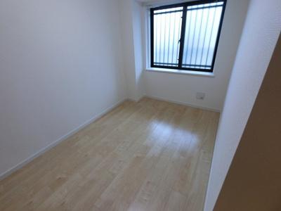 洋室2です。 子供部屋やワークスペースとしてもお使いいただけます。