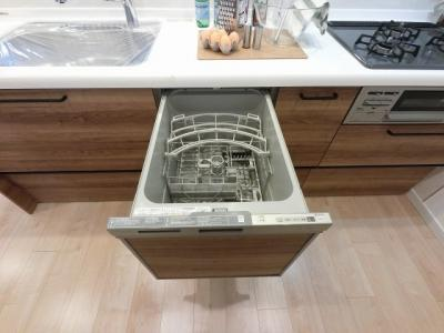家事の負担を軽減出来る食器洗浄機付です。