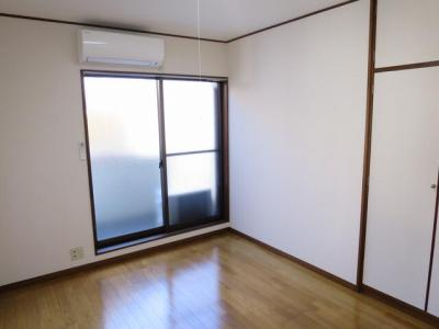 広くて明るい寝室