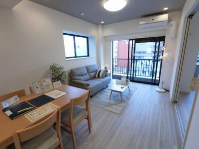 11.2帖のリビングは2面採光で日当たり・風通し◎ ダイニングテーブルやソファー、ローテーブルなどの家具もしっかりと配置できます。