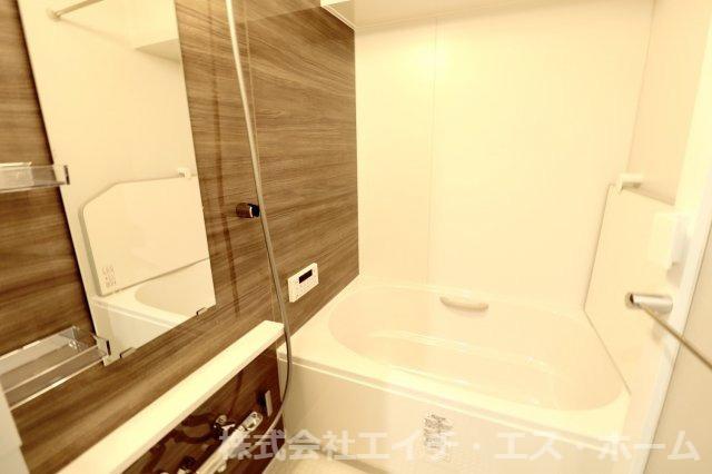 浴室はリクシル社製システムバスルーム【リノビオ】、特許技術の【くるりんポイ排水口】、【キレイドア】、浴槽の湯温定価を防ぐ【サーモバスS】、などこだわり機能が盛り沢山!当然浴室乾燥機も完備です!