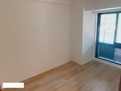 6帖の洋室① 玄関横。