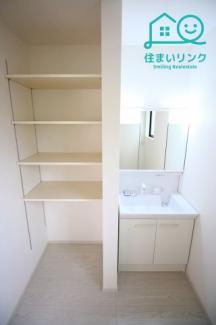 三面鏡タイプの洗面化粧台です。 可動棚付きのリネンスペースもあります。タオルや着替えのストックに。