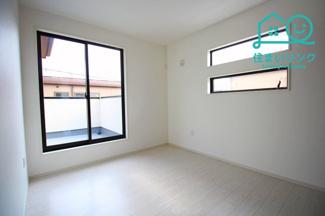 2階5.2帖の洋室です。 バルコニーに出られる大きな窓があって明るいお部屋です。