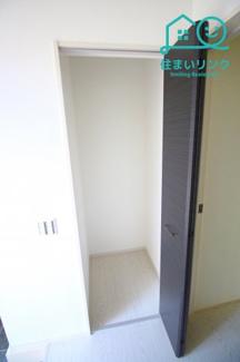 玄関の廊下にある収納でスペースです。