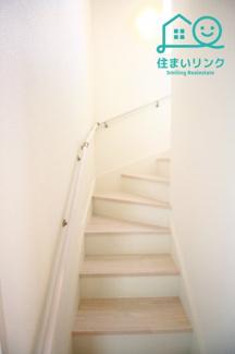 階段には手すりが標準装備されています。