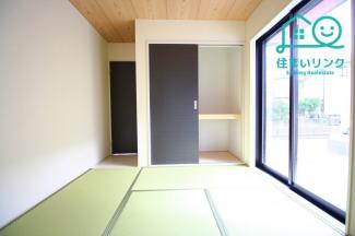 5.0帖の和室です。押し入れ収納付き! 南面採光で日当たりの良いくつろぎ空間です。