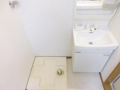 洗面所内、シャンプードレッサー横にある室内洗濯機置き場です♪防水パンが付いているので万が一の漏水にも安心です!