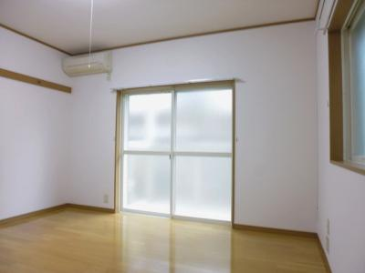 バルコニーに繋がる南東向き角部屋二面採光洋室8帖のお部屋です!エアコン付きで1年中快適に過ごせますね☆フローリングなのでお手入れもラクラク♪