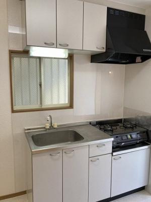 換気のできる窓のあるキッチンはガスコンロ設置可能☆場所を取るお鍋やお皿もすっきり収納できます♪