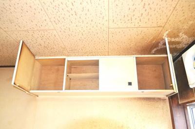 キッチンの左側上部に収納がございます