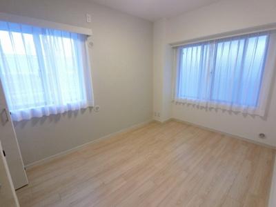 5.7帖の洋室は主寝室にいかがでしょうか。 2面採光で風通し◎