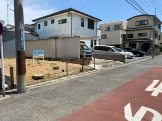 車通りが少ない閑静な住宅街にあります。