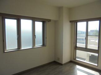 約6.1帖の洋室、2面採光で西側にバルコニーがあります。
