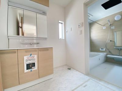 【同社施工事例写真】身だしなみを整える洗面所はいつも清潔にしておきたい場所!換気明かり採りの窓も完備