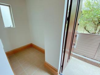 玄関には便利な土間収納あります!ベビーカーやスポーツ用品などを置くことができ便利です
