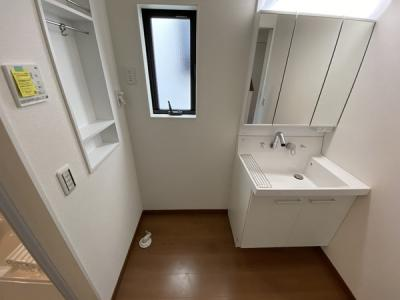 【同社施工事例写真です】洗面室に便利な壁面収納あります!