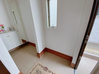 【同社施工事例写真です】玄関には便利な土間収納あります!ベビーカーやスポーツ用品などを置くことができ便利です