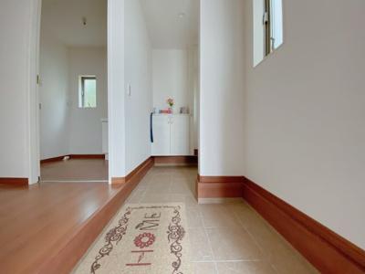 【同社施工事例写真です】玄関の悩みといえば靴の収納です。家族が多いとその分靴も増えてしまいます。常にスッキリな玄関でいられるよう、充分なシューズボックスに加え、ホールに収納も完備!