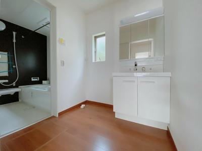 【同社施工事例写真です】身だしなみを整える洗面所は、いつも清潔にしておきたい場所♪三面鏡タイプの洗面台は収納力も優れ快適な洗面室をキープ♪