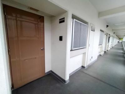 マイホームへの入り口です。窓には格子があり、防犯面も安心です。