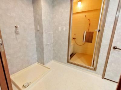 洗面室のクロスも新調済みです。綺麗な白い空間が広がっています。