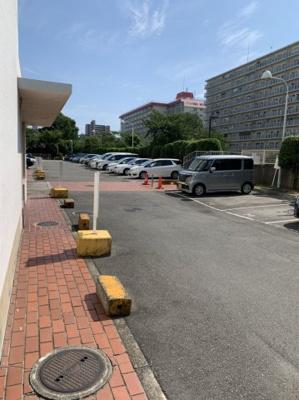 マンション西側には平面駐車場がございます。