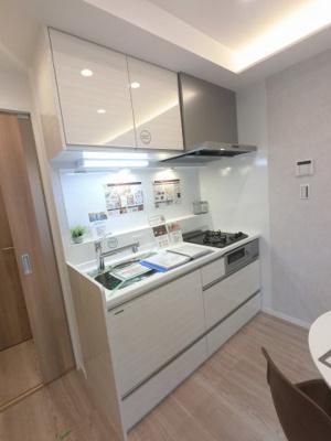 2口ガスコンロのシステムキッチンです。 壁付けタイプのキッチンでお部屋を広くお使いできます。
