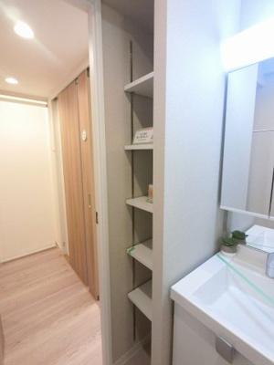 洗面台横の棚です。 衣類や洗濯用品など多目的に活用できます。