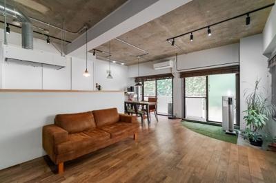 20.8帖のリビングは2面採光で日当たり・風通し◎ ダイニングテーブルやソファー、ローテーブルなどの家具もしっかりと配置できます。