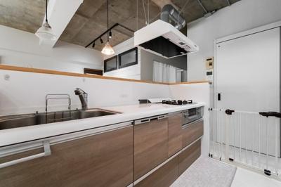 3口ガスコンロのシステムキッチンです。 アイランドキッチンのため開放感◎