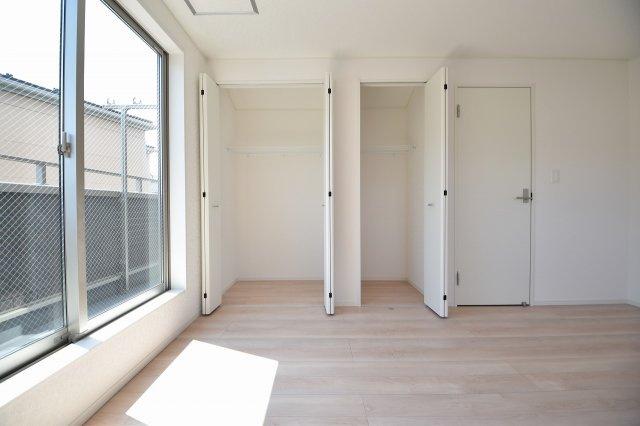 衣替えも安心の広々収納スペース!