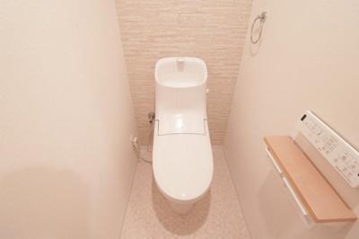 新品の温水洗浄便座ですので、気持ち良くお使いいただけます。木目のクロスが温かみのあるおしゃれなトイレ空間を演出していますね♪