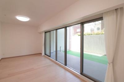 窓が大きくとられています。リビングは床暖房付で寒い冬も暖かくお過ごしいただけます。