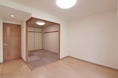 リフォーム済みの綺麗な和室です。畳の部屋があるとやはり落ち着きますね♪ごろ寝をしたり、客間にしたり、使い方は自由自在です。