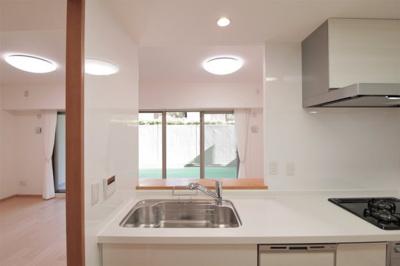 新しいシステムキッチンはお掃除も楽で、お料理好きな方にもご満足いただけます♪嬉しい食洗器付き。