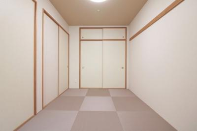 正方形の畳がおしゃれですね。押し入れ収納もあり、お部屋を広く使えます。