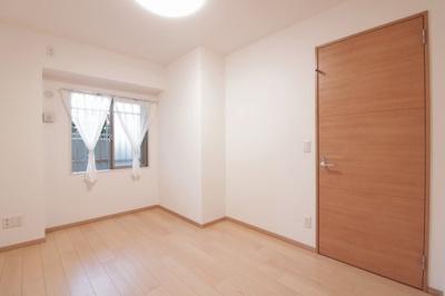 洋室別角度です。廊下側の窓には格子もあり、セキュリティ面も安心ですね。