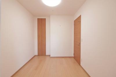 約5.1帖の洋室です。こちらの洋室も収納と窓があり、快適にお使いいただけます。