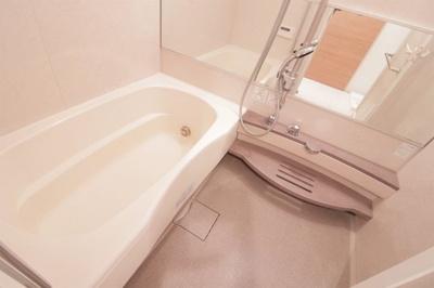 白を基調とした清潔感のある浴槽です。毎日のバスタイムが楽しみになるような広いお風呂ですね♪