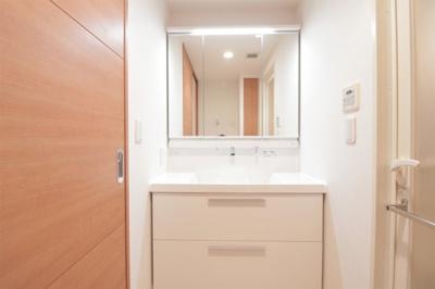 新調された洗面化粧台はたっぷりの収納と三面鏡が嬉しいですね。朝の身支度がぐっと快適になりますよ♪