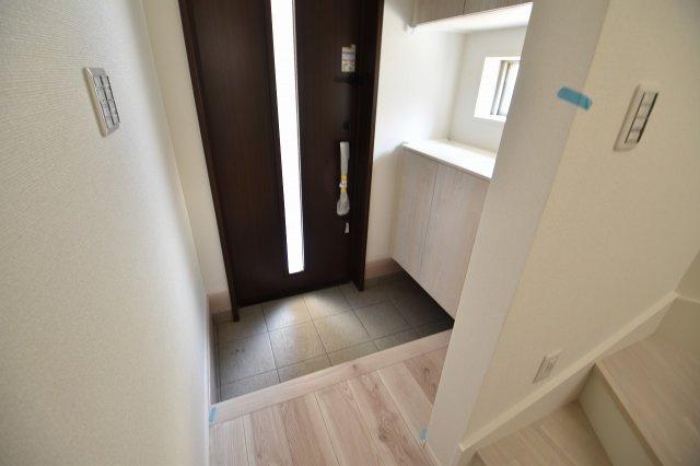 ゆったりとした明るい玄関には収納豊富なシューズボックスを設置。