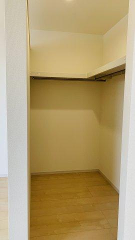 【同仕様施工例】WICがあるお部屋です。大容量の収納はいくつあっても嬉しいものですね。