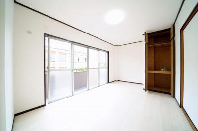 2階、南側の洋室です。陽ざしがたっぷり入ります。