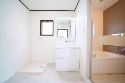 2階、洗面室です。洗面化粧台・洗濯パン新規交換済みです。