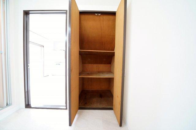 洗面室には、たっぷり収納できる階段下収納がございます。