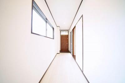 2階、窓付で換気のできる玄関・廊下です。
