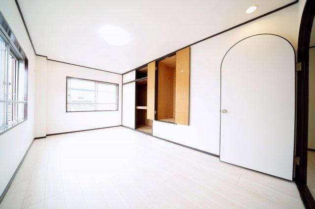 3階、北側の収納豊富な洋室です。2面採光で明るく、換気がしっかりとできます。