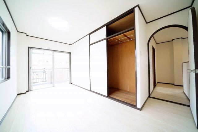 3階、南側の洋室です。2面採光ですので、陽ざしがたっぷり入ります。