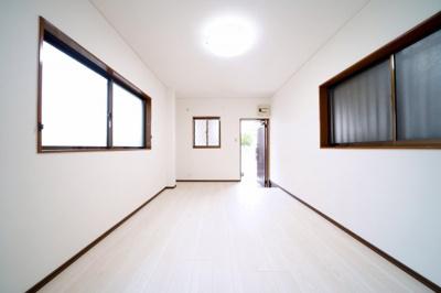 窓が3ケ所あり、風通しの良い1階の洋室です。